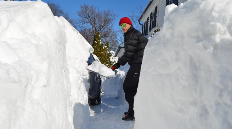 Jack Roberts digs out his driveway along Edwards Ferry Road in downtown Leesburg. (Danielle Nadler/Loudoun Now)