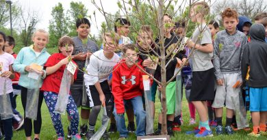 Fourth grade students at Frances Hazel Reid Elementary School pose with Leesburg's 2016 Arbor Day Tree.