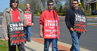 Verizon employees on strike make their stance known to passersby along Market Street in Leesburg. (Danielle Nadler/Loudoun Now)
