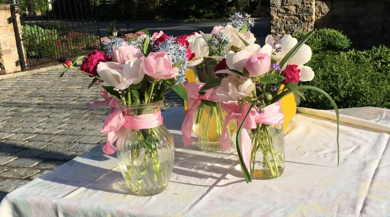 Arranged flowers are ready for pick up in front of Rachel Roberts home, at 307 Edwards Ferry Road in Leesburg. Those who take the flowers are asked to leave a donation for Loudoun Interfaith Relief. (Danielle Nadler/Loudoun Now)