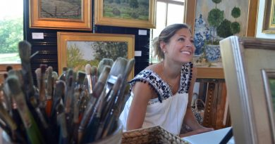 Oil painter Lauren Bruce Wodicka talks about her work at the Western Loudoun Artists Studio Tour. (Danielle Nadler/Loudoun Now)