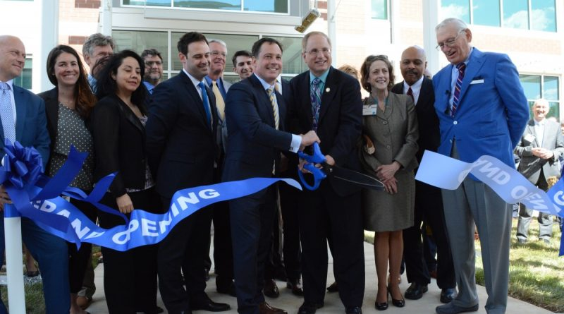 K2M founder, president and CEO Eric Major and Leesburg Mayor Dave Butler cut the ribbon on the company's new headquarters. (Renss Greene/Loudoun Now)