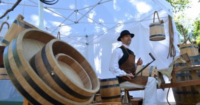 A master cooper shows off his skills at the Waterford Fair on Sunday. [Danielle Nadler/Loudoun Now]