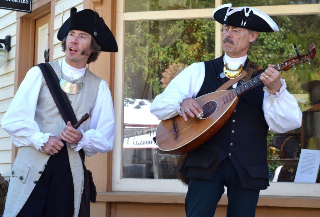 Performers dressed in period attire entertain crowds at the corner of Water and Main streets in Waterford. [Danielle Nadler/Loudoun Now]