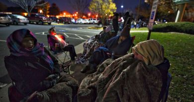 Die hard Jingle Jam fans line up just after 4 a.m. to purchase tickets. [Douglas Graham/Loudoun Now]